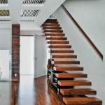 Escada de madeira para sobrado  (Foto: Divulgação).