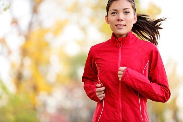 Caminhadas ou corridas são ótimas atividades para o inverno.