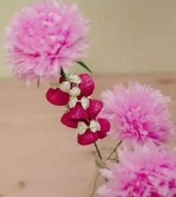 Arranjo de flores com papel crepom