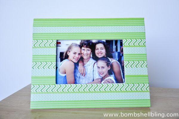 Faça já esta linda ideia para decorar porta retrato com Washi Tape (Foto: bombshellbling.com)