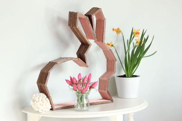 Invista sem medos em decoração com coelho de Páscoa feito com palito de sorvete (Foto: makeanddocrew.com)