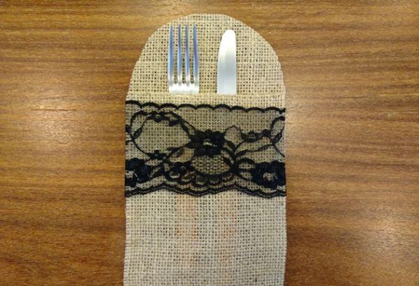 Este porta-talheres de juta pode também ter outros complementos e enfeites de sua preferência (Foto: blog.elo7.com.br)