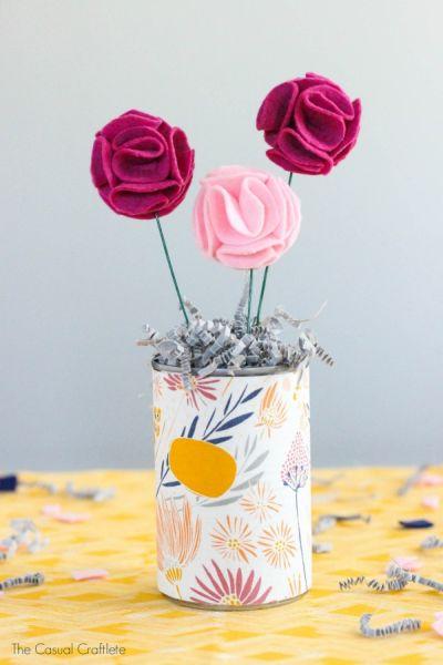 Arranjo de flores de feltro é lindo e pode ser bem barato, caso você já tenha o material em casa (Foto: thecasualcraftlete.com)