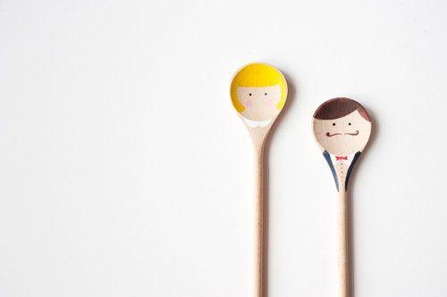 Há lindas e interessantes ideias de como decorar colher de madeira para chá de panela (Foto: casandosemgrana.com.br)