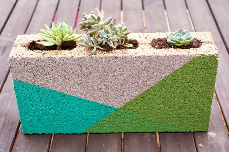 Vaso de bloco de concreto é diferente, lindo e fácil de ser conseguido (Foto: akailochiclife.com)