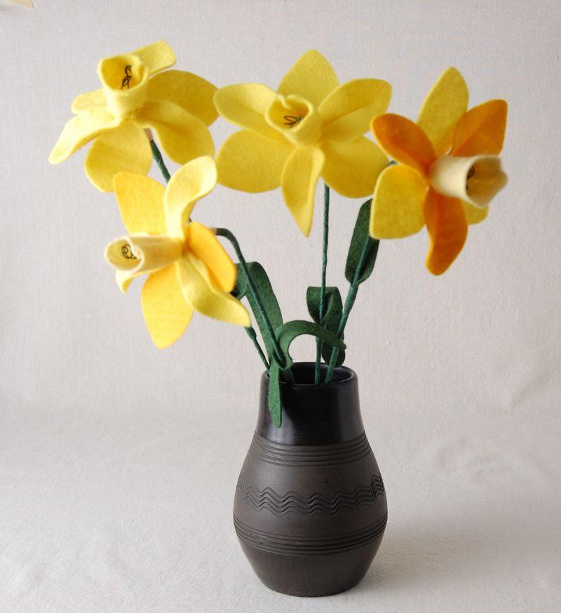Com estas flores de feltro para arranjos os seus espaços nunca mais serão os mesmos (Foto: whileshenaps.com)