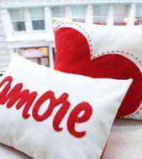 Não faltam ideias de como decorar almofadas para o dia dos namorados (Foto: blogencontrandoideias.com)