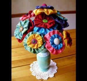 arranjo de flores de fuxico