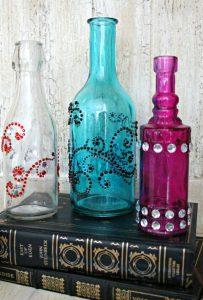 garrafa de vidro com pedrarias