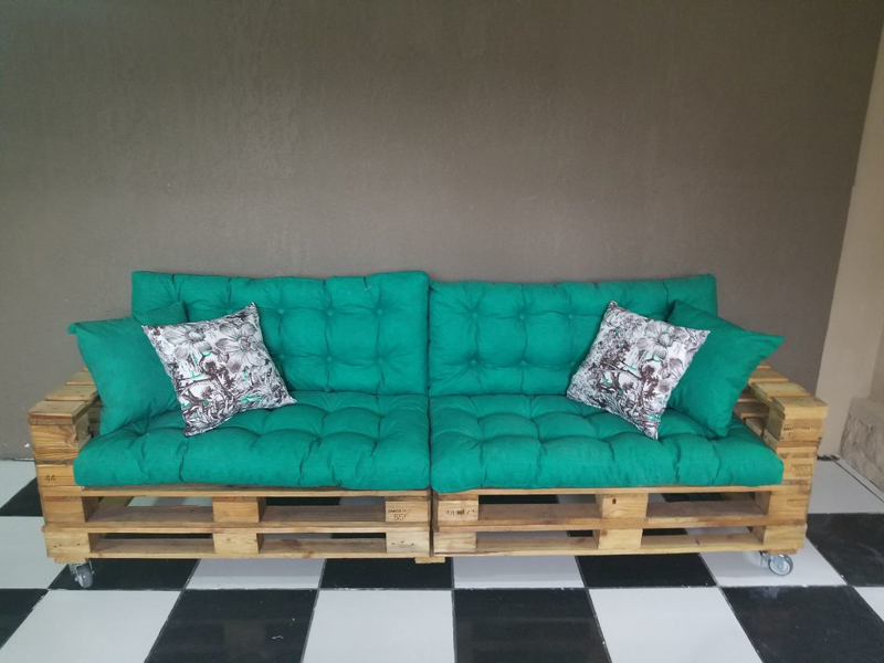 sofá de palete verde