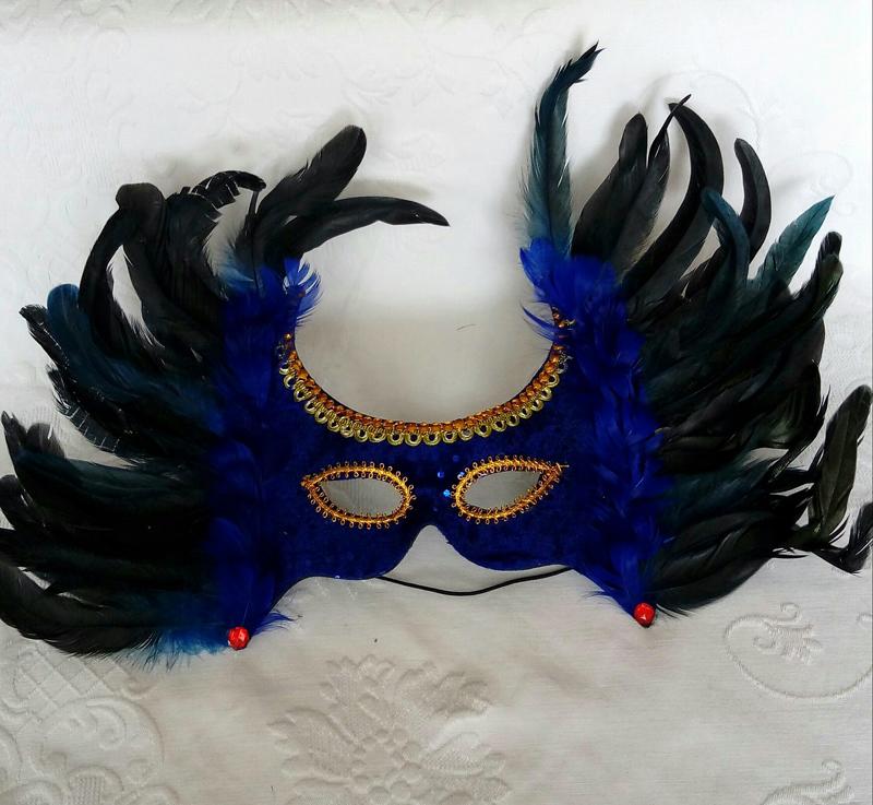 mascara de carnaval com penas