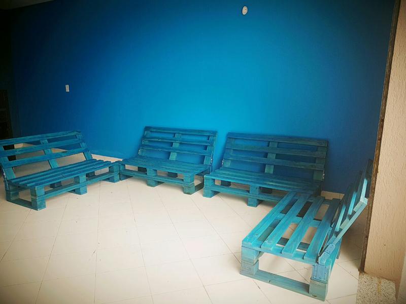 sofá de palete azul