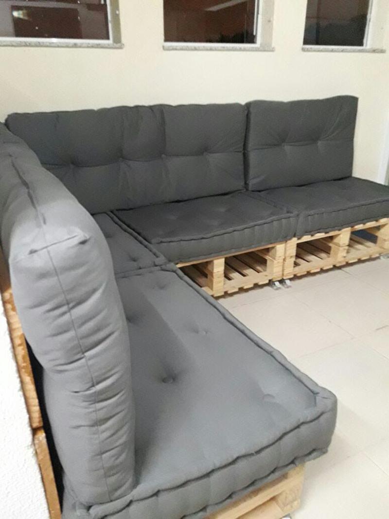 sofá de palete cinza