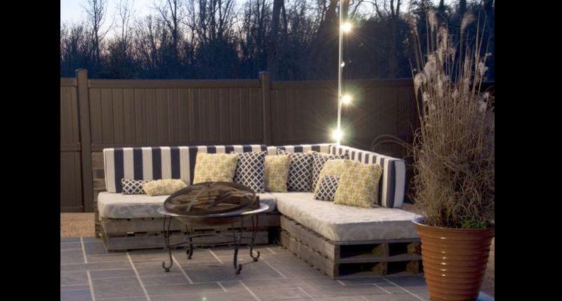 sofá de palete no quintal