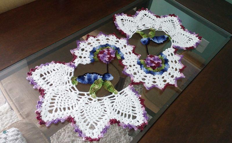 Centro de mesa de crochê com flores e beija flor 16