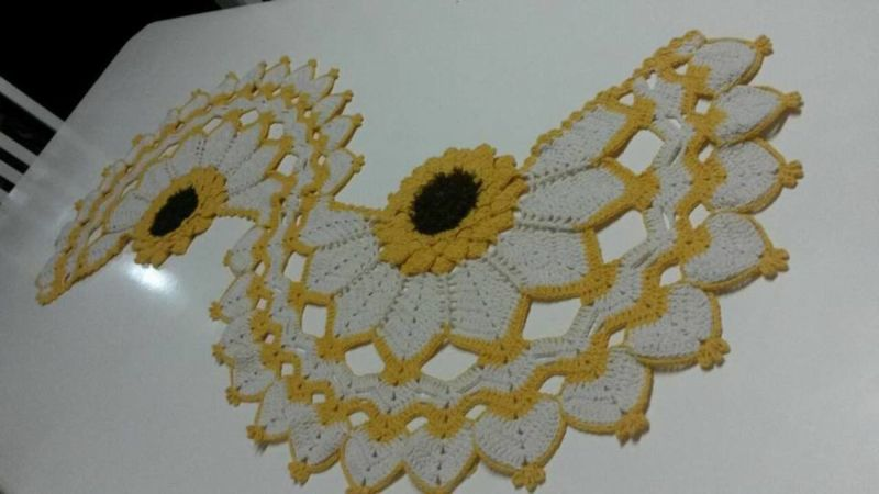 Centro de mesa de crochê com flores girassol 14