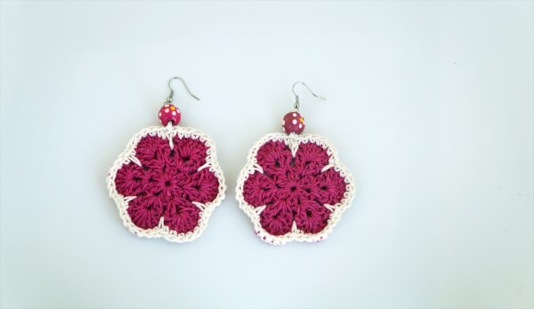 brinco de croche em formato de flor rosa