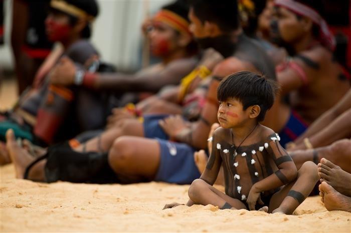 pintura indigena menino