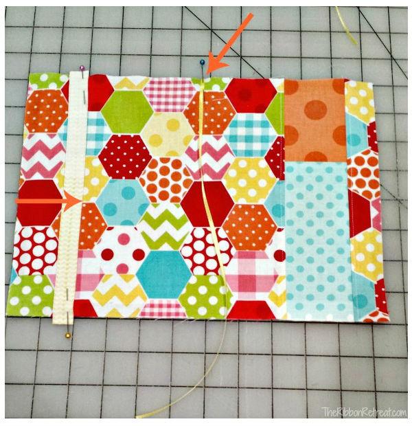 Capa de tecido para caderno com porta caneta passo 6