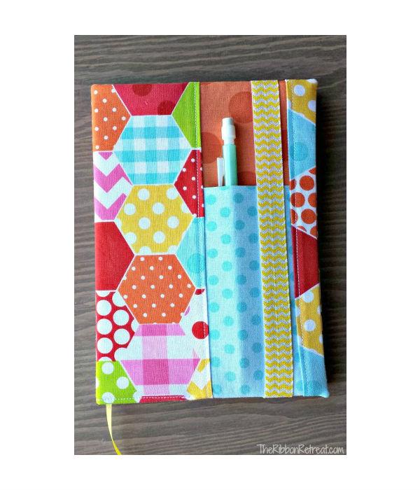 Capa de tecido para caderno com porta caneta passo 8