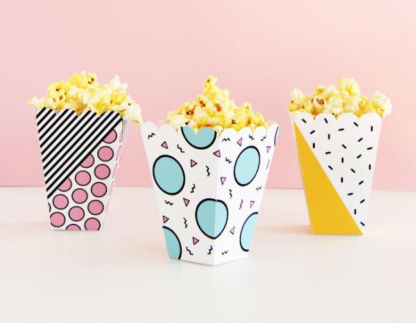 Sacos de pipoca de papel feitos em casa deixam muito mais divertidos os momentos de descontração à frente da TV (Foto: designisyay.com)
