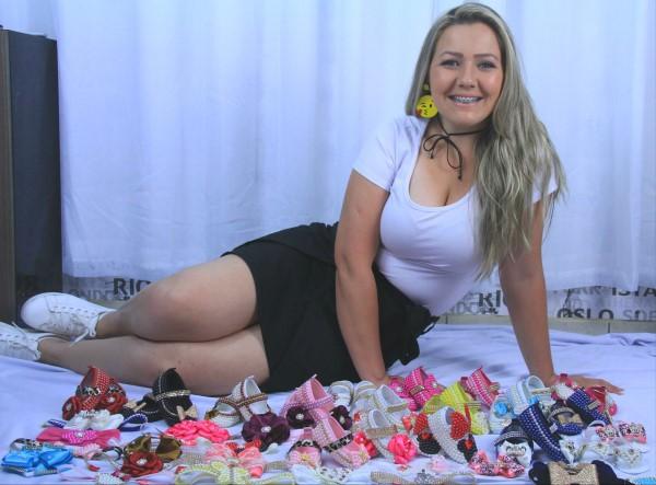 A artesã Alessandra é referencia no ramo de tiaras e sapatinhos artesanais para bebês
