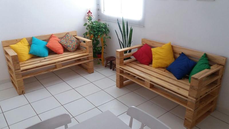 sofá de palete no quarto