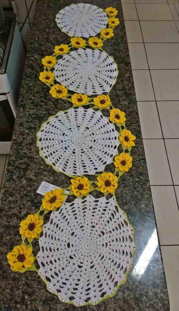 Centro de mesa de crochê com flores amarelas 15