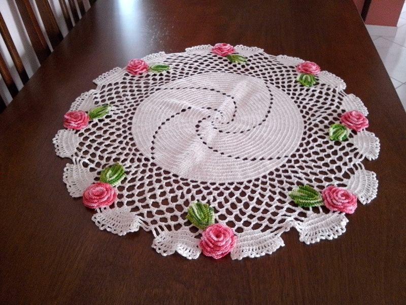 Centro de mesa de crochê com flores coloridas 10