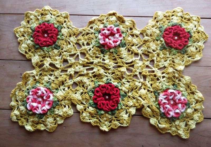 Centro de mesa de crochê com flores e folhas 20