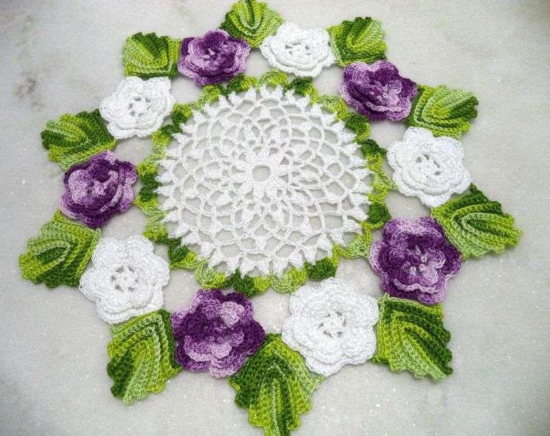 Centro de mesa de crochê com flores roxas 17