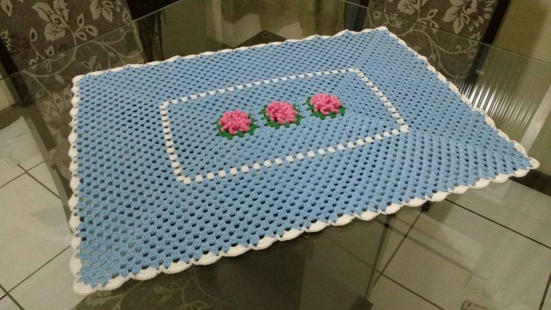 Centro de mesa de crochê retangular com rosas 6